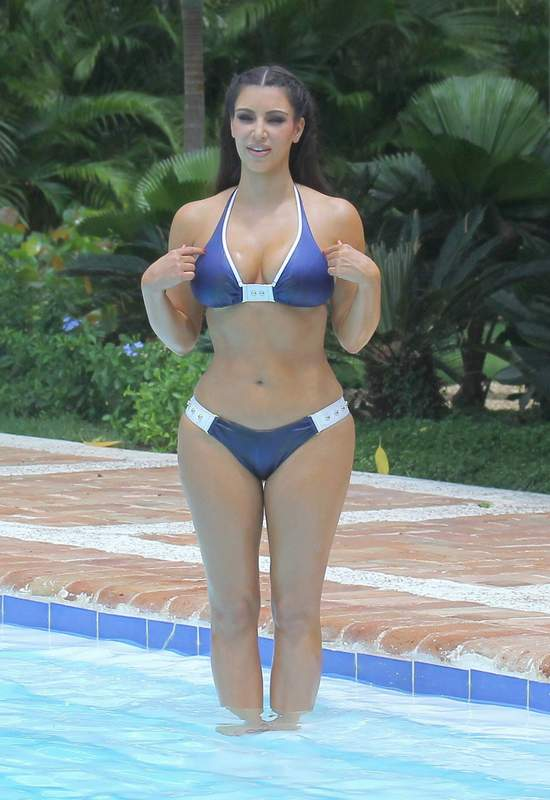 dnakesri-mom-bikini-pool-tamil