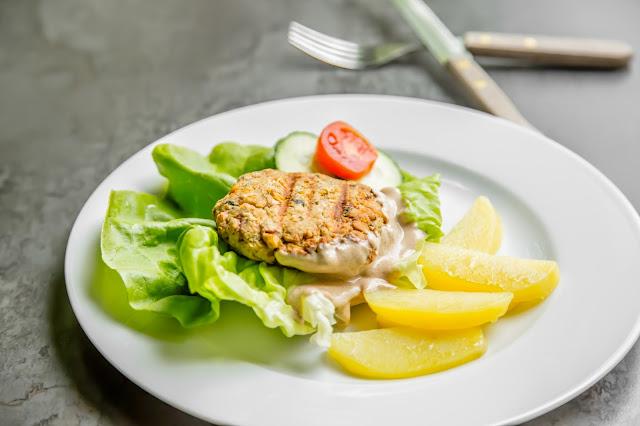 Kichererbsenburger mit Tahin, Salat und Kartoffelspalten