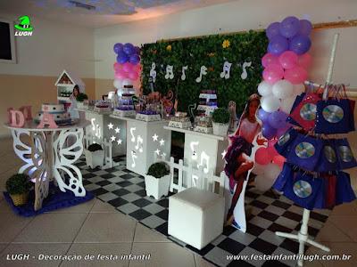 Mesa decorada provençal com muro inglês para festa de aniversário infantil