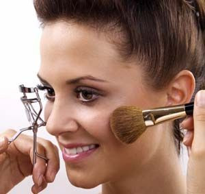 make up wanita agar disukai pria