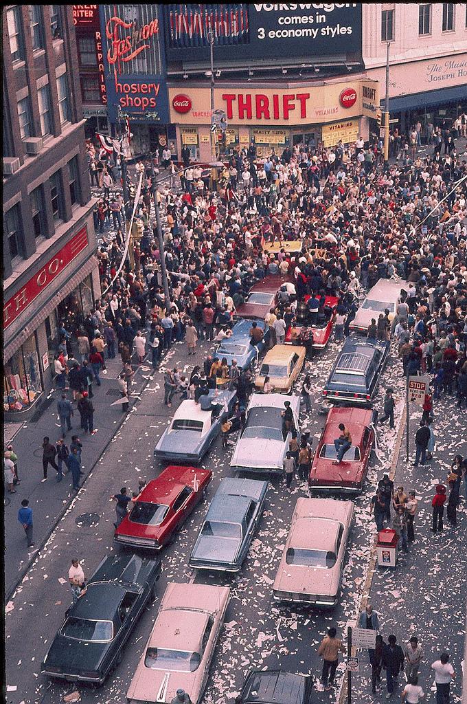 19 Amazing Vintage Photographs Captured Street Scenes of