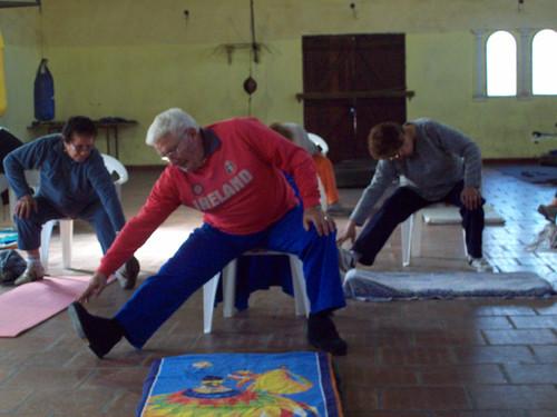 Practica yoga en silla elblogdtoro for Sillas plegables para yoga