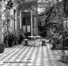 Fotografía antigua en blanco y negro de un patio de casa chorizo