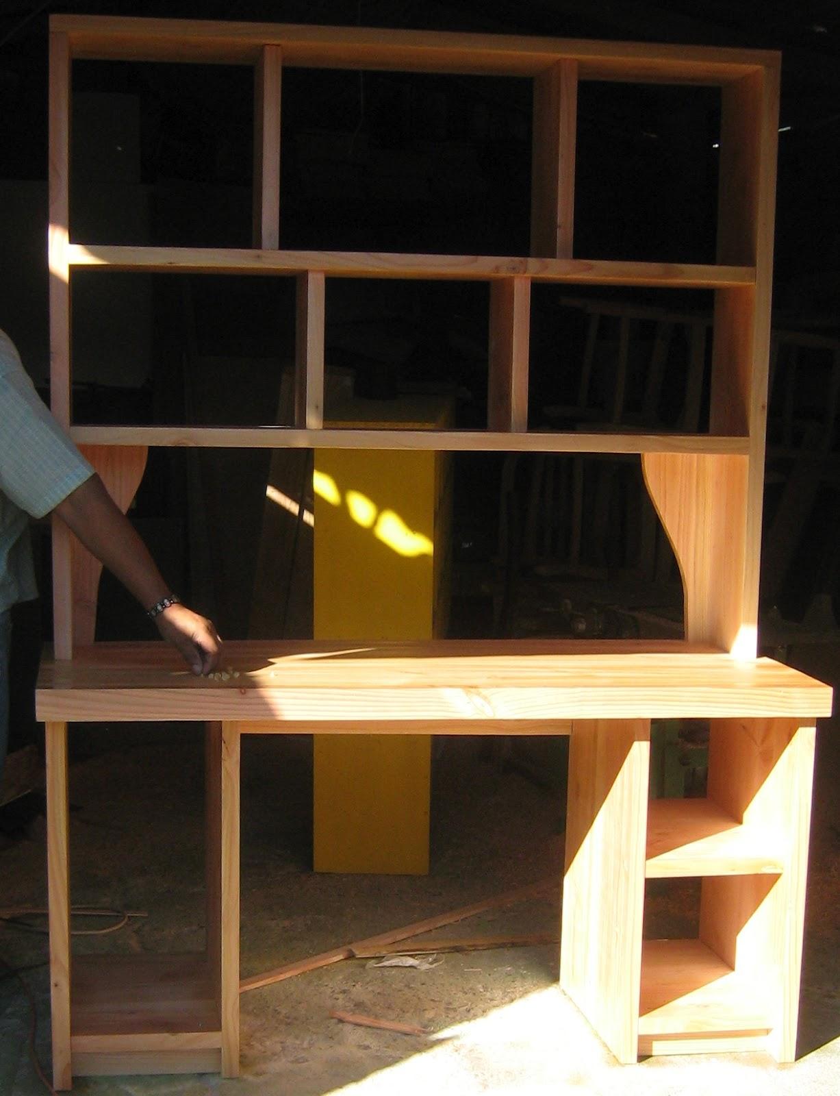 mueble tipo escritorio de lneas rectas con repisas para libros mesn para computador realizado en madera de pino oregn y barnizado natural