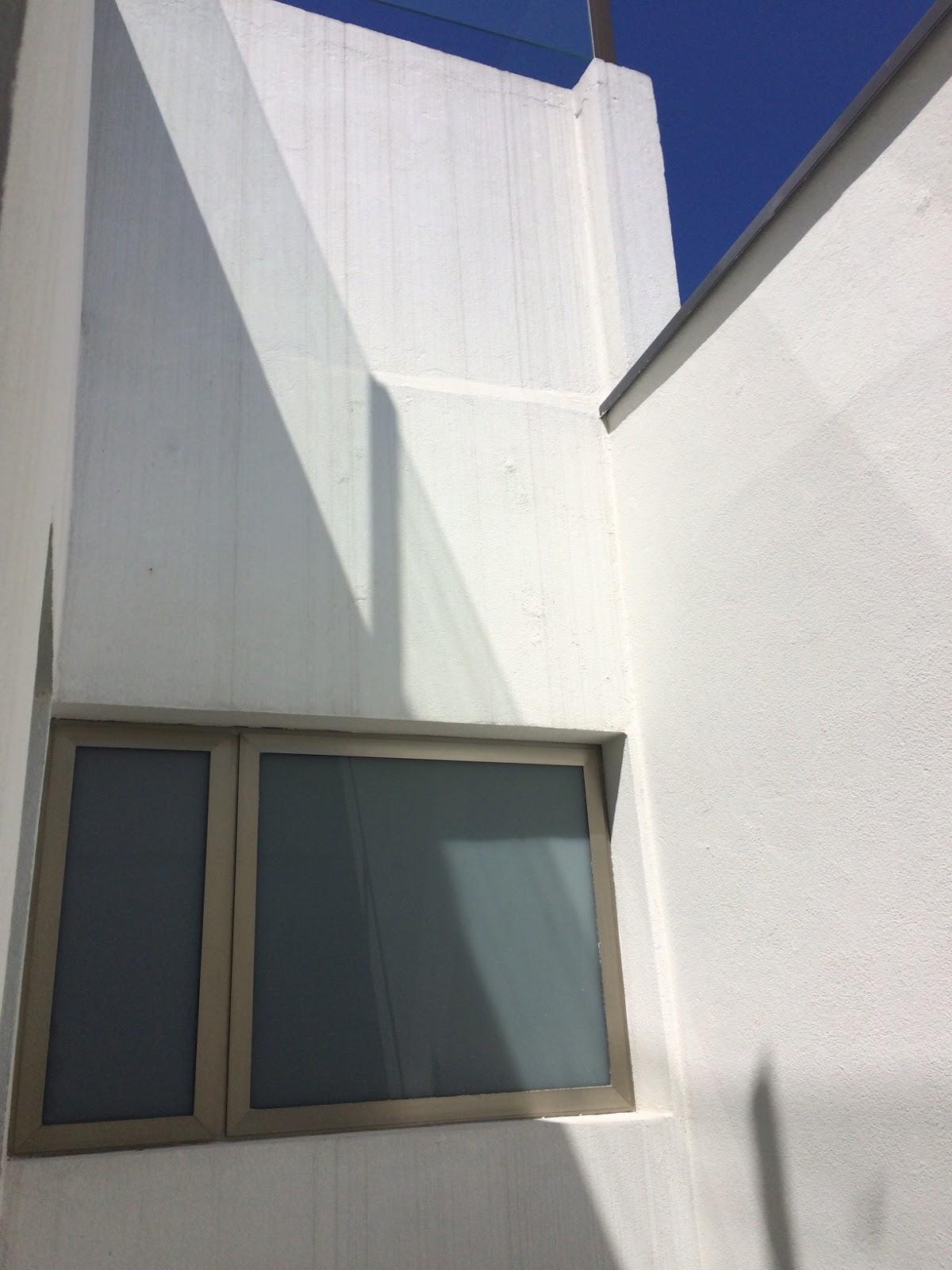 Vão do jardim de inverno com a janela de um dos banheiros. #2B3C74 1200 1600