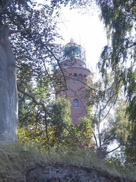 widok na latarnię morską w Gąskach od strony Morza Bałtyckiego i plaży