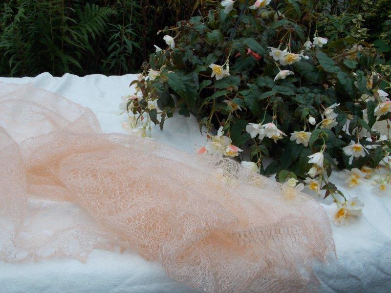 TE KOOP :abrikoos kleurige pastel shawl
