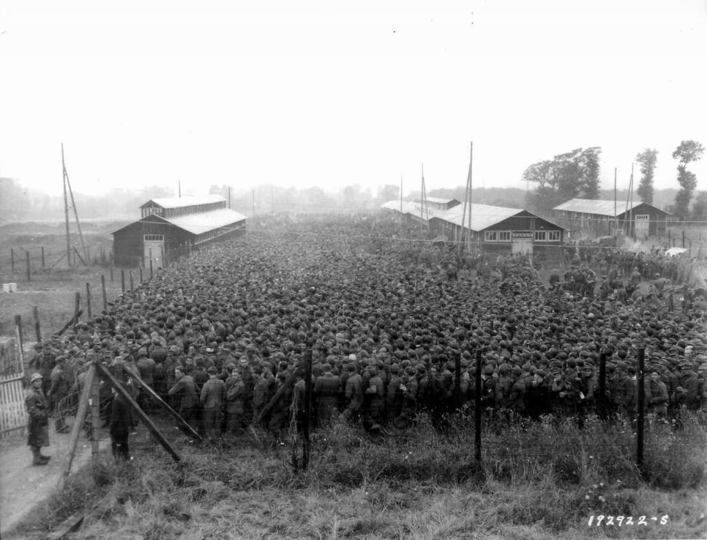 Prisioneros de guerra alemanes encerrados en el campo de prisioneros Nonant le Pin, 1944