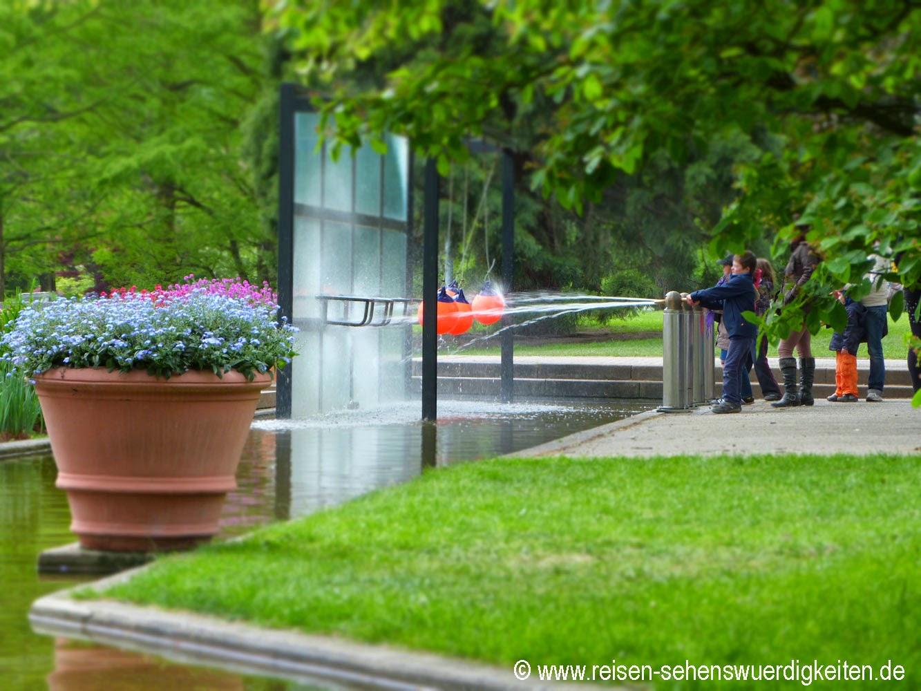 Planten un Blomen - Schönster Park in Hamburg, Kinder beim Spielen mit Wasser