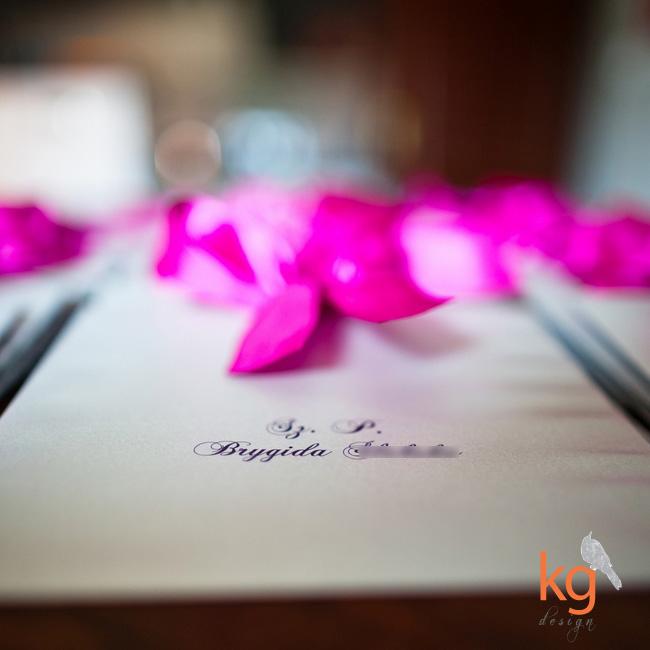 indywidualny projekt zaproszenia ślubnego, oryginalne, nietypowe, artystyczne zaproszenia na ślub, cywilny, mapka dojazdu, kalka, RSVP, składane na pół, wstążka, różowe, fioletowe, kg design, fuksja, ornament kwiatowy, szaro-różowy, fiolet, mapka na kalce, zawiadomienie na ślub, eleganckie zaproszenia ślubne,