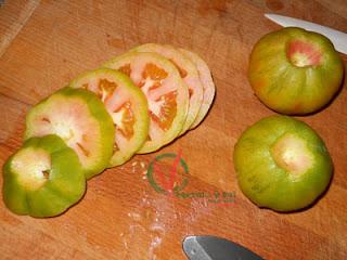 Cortar los tomates en rodajas.
