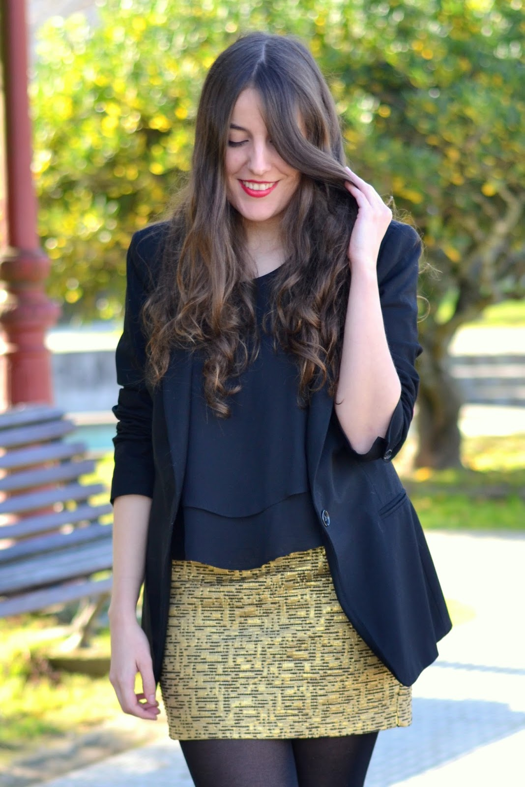 labios rojos y falda dorada