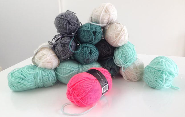 diy tapis pompons modeuse timbree blog maman mode et bons plans en belgique. Black Bedroom Furniture Sets. Home Design Ideas