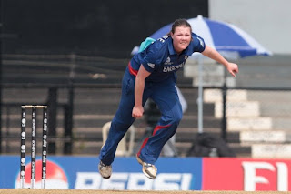 Anya-Shrubsole-bowls-to-India