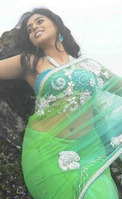 Poorna latest navel in saree