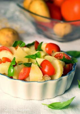 Contorno di patate con pomodori e basilico