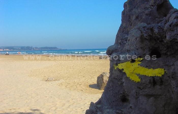 Flecha amarilla en la playa de Noja. Camino del Norte.