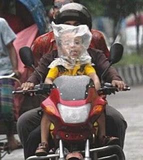 foto lucu helm plastik