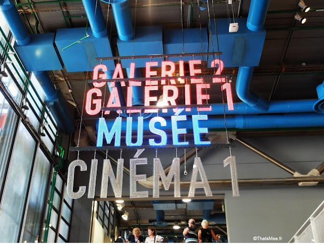 entrée du musée néons galeries musée art contemporain Beaubourg centre Pompidou Paris