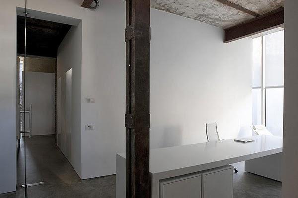 Loft i pomieszczenie zaaranżowane w bieli