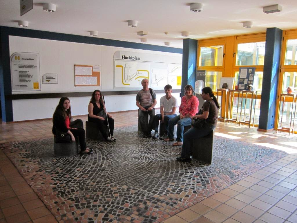fotografia dos participantes à entrada do Centro BFW