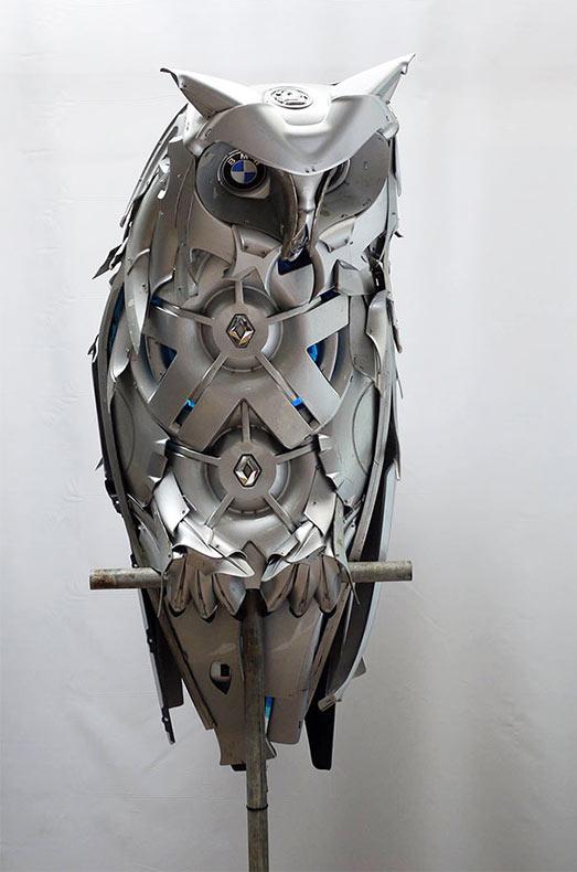 Artista recicla viejos tapacubos en hermosas esculturas de animales