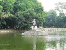 Kolam resapan yang dipadukan dengan pertamanan