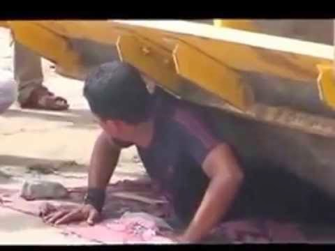 رجل يمني ذو قوه خارقة تسير فوقه شاحنة دك الاسفلت