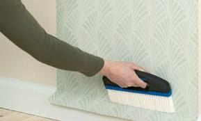 tendris que presionar el papel con cuidado y cepillarlo con un cepillo desde el centro hacia los extremos las siguientes franjas se colocarn borde con