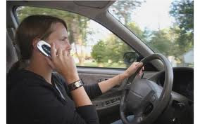 saat mengemudi jangan sambil menelepon bahaya