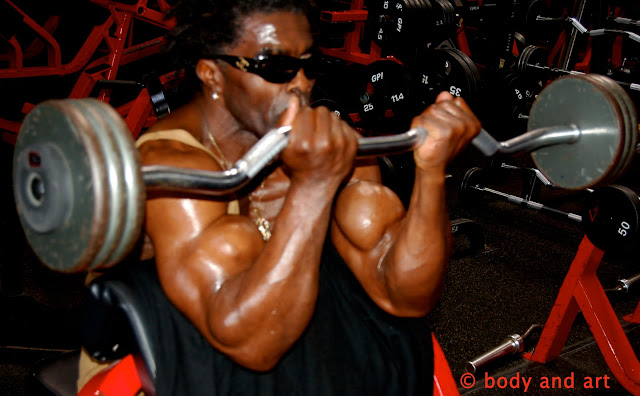 ROBBY ROBINSON - Z-BAR SCOTT BENCH  BARBELL BICEPS CURSL - GOLD'S GYM 2007