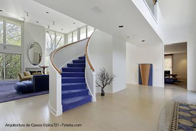 Escalera interior curva moderna