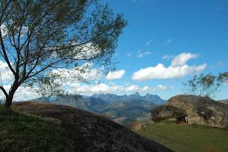 Vista panorâmica da cadeia de montanhas do Parque Natural Municipal Montanhas de Teresópolis - Mulher de Pedra incluida
