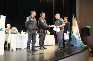 Comandante do 30º Batalhão da PM, ten-cel PM Robson, faz a entrega dos certificados de reconhecimento aos policiais em destaque