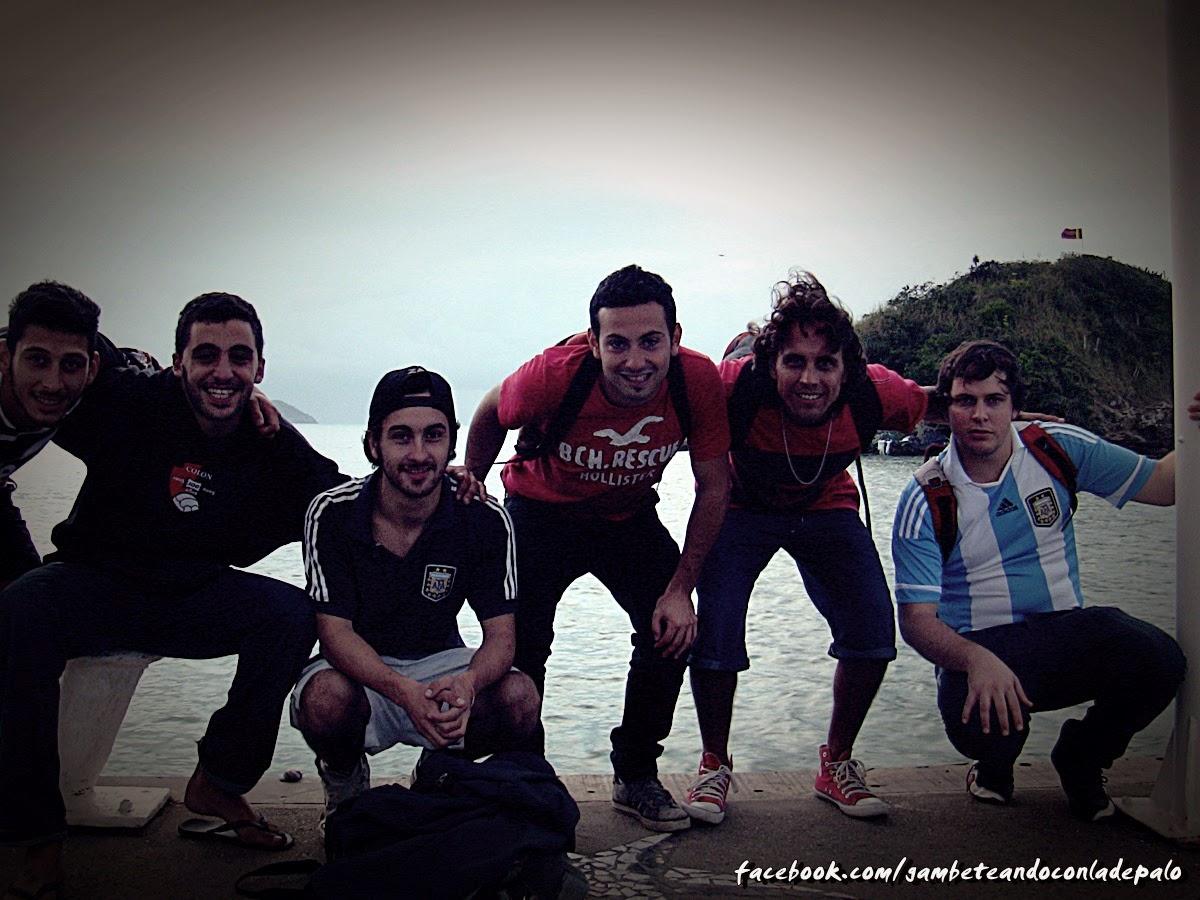 Martín, su amigo, Matías, Fabio, yo y Emanuel en el muelle de Armaçao en Buzios