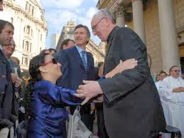 Jorge Bergoglio, Gabriela Michetti y Mauricio Macri en las puertas de la Catedral Metropolitana
