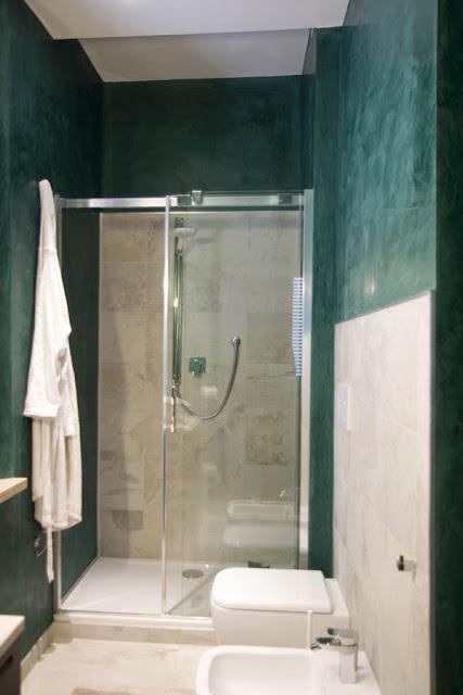 Ванная комната с отделкой под зеленый и белый мрамор