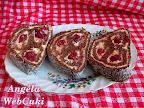 Meggyes keksztekercs, sütés nélküli sütemény, aminek az alapja egy kakaós kávés kekszmassza, krémje vaníliapudingos, magozott meggyel, kívülről kókuszreszelékkel megszórva.