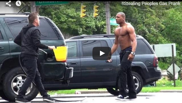 بالفيديو  شاهد ماذا فعل هذا الرجل لحظة اكتشاف شخص  يسرق البنزين بنزين من سيارته