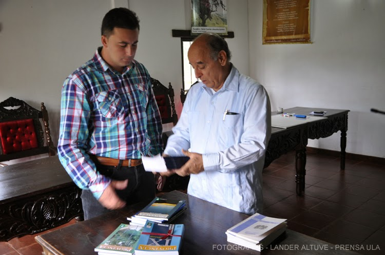 Alcalde Félix Rosales recibió varios libros sobre Gestión Municipal, entregados por el Dr. Fortunato González. (Foto: Lánder Altuve)