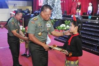 Prajurit dan PNS TNI Ikuti Perayaan Natal di Mabes TNI