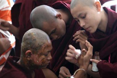 တခြန္းခ်န္သာဓု  (Ashin Kaung (Saffron Monk)
