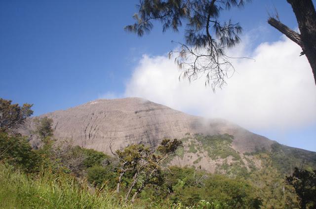 http://1.bp.blogspot.com/-b3MDDU4_p7Q/TYYyoHm47EI/AAAAAAAAAIk/TOJbZBduZZw/s1600/gunung-raung.jpg