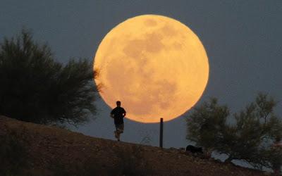 SEORANG lelaki berjoging ketika bulan penuh terbentuk di Taman Papago, Phoenix, Amerika Syarikat kelmarin.