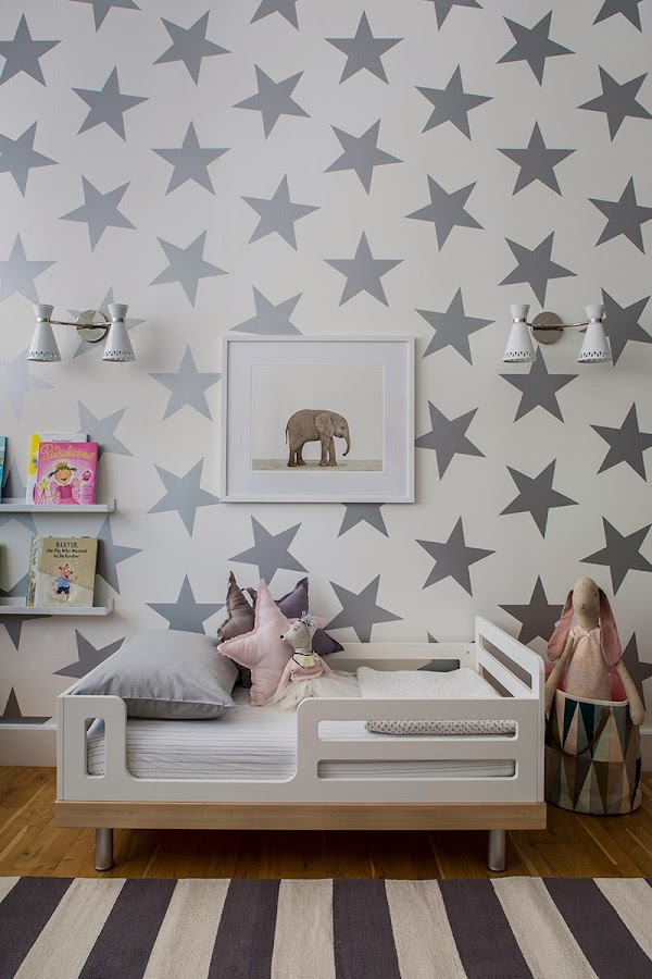 Una habitación infantil llena de estrellas