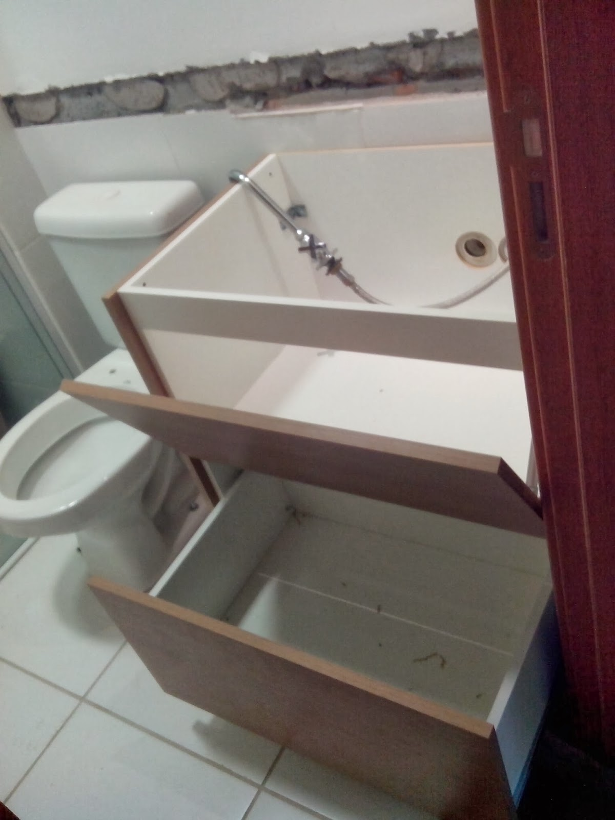 Reforma do meu apê: Planejados Banheiros e corredor #41282A 1200 1600