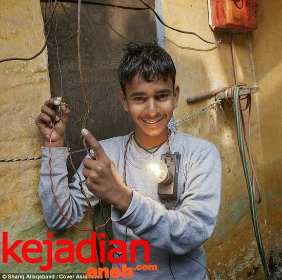Deepak Jengra  16 year old electric boy India withstand shocking 11000 volts