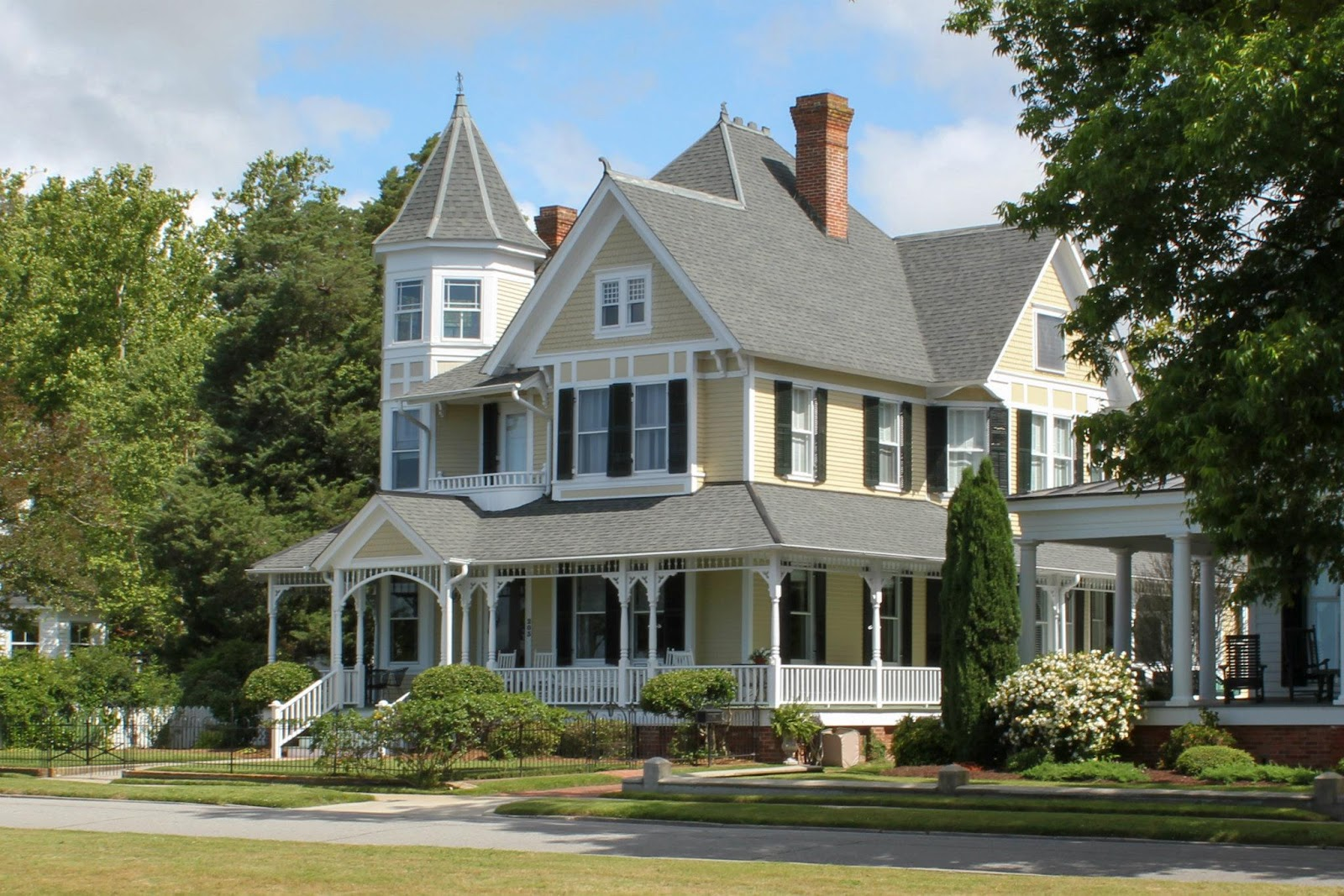 All Of The Beautiful Humongous Historic Homes Next To The Waterfront