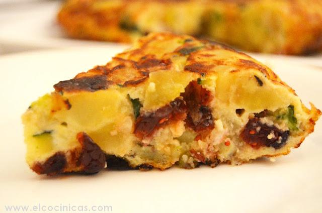 Tortilla de patatas con arándanos rojos y calabacín