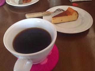 ホットコーヒーとチーズケーキ